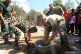 Prajurit Korps Marinir TNI AL dan Marinir Amerika Serikat (USMC) mengikuti perlombaan memindahkan belut saat memeriahkan HUT ke-74 Kemerdekaan RI di Hutan Selogiri, Ketapang, Banyuwangi, Jawa Timur, Sabtu (17/8/2019). Gelaran perlombaan menyemarakan Hari Kemerdekaan Indonesia oleh Prajurit yang tergabung dalam Latihan Bersama Platoon Exchange (Platex) di medan latihan tersebut, diharapkan dapat meningkatkan profesionalisme dan kerjasama Marinir kedua negara. Antara Jatim/Budi Candra Setya/zk.