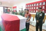 Pangdam memberi penghormatan terakhir kepada Praka Anumerta Sirwandi