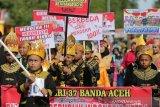 Pelajar berpakaian trandisional Aceh mengikuti pawai budaya memeriahkan HUT ke-74 Kemerdekaan Republik Indonesia di Banda Aceh, Aceh, Minggu (18/8/2019). Pawai budaya diikuti ribuan pelajar tingkat SD, SMP dan SMA serta juga menampilkan parade mobil hias keliling kota dari berbagai intansi pemerintah, TNI/Polri dan berbagai komunitas. Antara Aceh / Irwansyah Putra.
