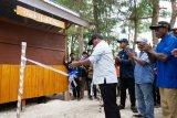 Mahasiswa KKN UGM bangun kedai di kampung wisata Samberpasi Biak