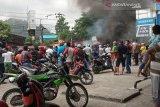 Sejumlah jalan utama di Manokwari lumpuh akibat di tutup masyarakat