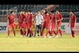 Pesepak bola Timnas U-18 Indonesia berjalan bersama usai bertanding melawan Myanmar pada perebutan peringkat ketiga Piala AFF U-18 di Stadion Thong Nhat Ho Chi Minh, Vietnam, Senin (19/8/2019). Indonesia berhasil menjadi juara ketiga setelah mengalahkan Myanmar dengan skor 5-0 (5-0). ANTARA FOTO/Yusran Uccang/nym.