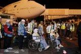 Ambulans untuk haji lansia disiapkan saat kedatangannya di BIL