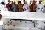 Wali Kota Banda Aceh Aminullah Usman (tengah) bersama para ulama dan tokoh masyarakat berziarah di makam Syeikh Baba Daud Al-Jawiy Ar-Rumi (Tgk Chiek Di Leupue) pada peringatan 480 tahun hubungan persaudaraan Aceh dengan Turki di Gampong Mulia, Banda Aceh, Aceh, Selasa (20/8/2019). Masyarakat Aceh telah memiliki hubungan persaudaraan dengan masyarakat Turki sejak tahun 1539 hingga saat ini yang ditandai banyaknya perkampungan dan makam kuno keturunan turki yang tersebar diberbagai Kabupaten/Kota di Provinsi Aceh. Antara Aceh / Irwansyah Putra.