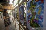 Pengunjung mengamati karya lukisan anak internasional yang bertemakan
