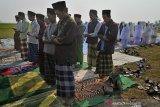Sejumlah warga Kampung Karangdowo, Kasemen, melaksanakan Salat Minta Hujan (Salat Istisqo) di Serang, Banten, Selasa (20/8/2019).
