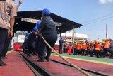 Pekerja PT KA memeriahkan lomba tarik lokomotif di Yogyakarta