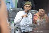 Saat Ustadz Abdul Somad disambut Bupati Bangka Tengah  di Bandara Depati Amir Babel