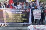 Mahasiswa NTB demonstrasi membela buruh dipecat perusahaan