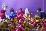 Sejumlah perajin boneka menyelesaikan pembuatan boneka di Kampung Boneka, Cikampek Utara, Karawang, Jawa Barat, Rabu (21/8/2019). Kampung boneka atau sentra produksi boneka memiliki sekitar 300 perajin boneka yang dapat memproduksi 3000 hingga 5000 boneka per bulan dengan harga jual Rp2.500 - Rp450.000 per boneka tergantung ukuran. Kampung boneka tersebut juga masuk dalam salah satu nominasi kategori destinasi belanja terpopuler Anugerah Pesona Indonesia 2019. ANTARA JABAR/M Ibnu Chazar/agr