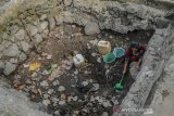 KRISIS AIR BERSIH DI SERANG. Warga mengambil air dari sumur yang mulai mengering di Kampung Ciburuy, Kubangjaya, Petir, Serang, Banten, Rabu (21/8/2019). Warga terpaksa mengambil air dari sumur yang mulai mengering sejak sebulan terakhir dan mereka berharap pemerintah setempat secepatnya mengirim bantuan air ke wilayah tersebut. ANTARA FOTO/Muhammad Bagus Khoirunas/af/ANTARA FOTO/MUHAMMAD BAGUS KHOIRUNAS (ANTARA FOTO/MUHAMMAD BAGUS KHOIRUNAS)