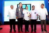 Menteri BUMN Rini M Soemarno (tengah) bersama Sekretaris Kementerian BUMN Imam Apriyanto Putro (kanan), Deputi Bidang Usaha Pertambangan, Industri Strategis dan Media Kementerian BUMN  Fajar Harry Sampurno (kiri) dan Dirut Boma Bisma Indra (BBI) Yoyok Hadi Satriyono (kedua kanan) serta Executive Vice President Doosan lntracore Joon Ho Yoo (kedua kiri) saling berbincang saat peluncuran Mesin Diesel BBI di Workshop BBI, Surabaya, Jawa Timur, Rabu (21/8/2019). Dengan hadirnya proyek tersebut diharapkan dapat membangun kembali manufaktur mesin diesel dan gas serta memenuhi kebutuhan mesin di Indonesia. Antara Jatim/Zabur Karuru