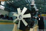 Pekerja memeriksa kondisi mesin produksi Boma Bisma Indra (BBI)  yang dipamerkan di sela-sela peluncuran Mesin Diesel BBI  di Workshop BBI, Surabaya, Jawa Timur, Rabu (21/8/2019). Dengan hadirnya proyek tersebut diharapkan dapat membangun kembali manufaktur mesin diesel dan gas serta memenuhi kebutuhan mesin di Indonesia. Antara Jatim/Zabur Karuru