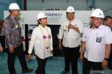 Menteri BUMN Rini M Soemarno (kedua kiri) didampingi Dirut Boma Bisma Indra (BBI) Yoyok Hadi Satriyono (kanan) dan Direktur Operasional dan Pemasaran BBI M. Agus Budiyanto (kedua kanan) serta Executive Vice President Doosan lntracore Joon Ho Yoo (kiri) mengamati mesin diesel yang dipamerkan di Workshop BBI, Surabaya, Jawa Timur, Rabu (21/8/2019). Dengan hadirnya proyek tersebut diharapkan dapat membangun kembali manufaktur mesin diesel dan gas serta memenuhi kebutuhan mesin di Indonesia. Antara Jatim/Zabur Karuru