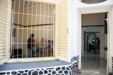 Petugas merapikan ruangan literasi untuk anak Di Rumah Singgah Humanis (Rengganis) di Bandung, Jawa Barat, Rabu (21/8/2019).  Pemerintah Provinsi Jawa Barat mendirikan rumah singgah gratis Rengganis, untuk pasien kurang mampu Se-Jawa Barat yang butuh tempat beristirahat ketika harus melakukan pemeriksaan atau rawat jalan di Rumah Sakit Hasan Sadikin (RSHS) atau rumah sakit lain di sekitar Bandung. ANTARA JABAR/Novrian Arbi/agr