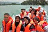 Peserta SMN Sulsel berkeliling di laut Teluk Youtefa Jayapura