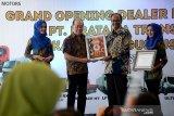 Direktur PT Tata Motors Distribusi Indonesia (TMDI), Biswadev Sengupta (kedua kanan) menyerahkan sertifikat kepada Direktur PT Pratama Trasindo, Banda Aceh, Edy Tjoa (kedua kiri) saat Grand Opening di Banda Aceh, Kamis (22/8/2019). TMDI yang sudah hadir enam tahun di Indonesia itu, sudah memasarkan sebanyak 6.000 unit mobil, termasuk pick up dan truk untuk transportasi angkutan barang dalam komonitas bisnis. Antara Aceh/Ampelsa.