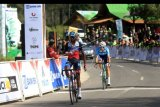 Pebalap dari Terengganu Cycling Team Eyob Metkel (kiri) finis pertama pada etape IV Tour de Indonesia di Paltuding, Gunung Ijen, Banyuwangi, Jawa Timur, Kamis (22/8/2019). Pada Etape IV dengan rute Kota Jember-Paltuding Banyuwangi menempuh jarak 147,3 kilometer.ANTARA FOTO/Budi Candra Setya/nym.