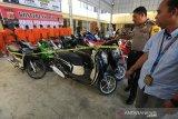 Kapolresta Banda Aceh Kombes Pol Trisno Riyanto (dua kanan) didampingi Kasat Reskrim AKP M. Taufiq (kanan) melihat barang bukti sepeda motor curian yang diamankan di Mapolresta Banda Aceh, Aceh, Kamis (22/8/2019). Dalam operasi sikat rencong 2019 Sat Reskrim Polresta Banda Aceh mengungkap kasus pencurian sepeda motor antar provinsi yang mengamankan 12 tersangka dan 21 unit kendaraan roda dua dan tiga. Antara Aceh / Irwansyah Putra.