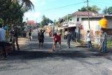 TNI dan warga Sorong bahu membahu bersihkan jalan