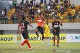 Pesepak bola Barito Putera Samsul Arif Munip (kanan) berduel dengan Penjaga Gawang Persipura Jayapura Dede Sulaiman (kiri)dalam pertandingan lanjutan Liga 1 2019 di Stadion Demang Lehman Martapura, Kalimantan Selatan, Jumat (23/8/2019).Persipura Jayapura menang atas Barito Putera dengan skor 4-0.Foto Antaranews Kalsel/Bayu Pratama S.