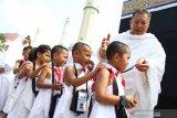 Sejumlah siswa Taman Kanak-Kanak menjalani manasik haji di Masjid Raya Mujahidin, Pontianak, Kalimantan Barat, Kamis (22/8/2019). Manasik haji yang diikuti ratusan siswa PAUD dan TK se-Pontianak tersebut bertujuan untuk mengenalkan tata cara ibadah haji yang merupakan rukun Islam ke-5 pada anak usia dini. ANTARA FOTO/Jessica Helena WuysangANTARA FOTO/JESSICA HELENA WUYSANG (ANTARA FOTO/JESSICA HELENA WUYSANG)