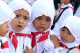 Empat siswa Taman Kanak-Kanak menjalani manasik haji di Masjid Raya Mujahidin, Pontianak, Kalimantan Barat, Kamis (22/8/2019). Manasik haji yang diikuti ratusan siswa PAUD dan TK se-Pontianak tersebut bertujuan untuk mengenalkan tata cara ibadah haji yang merupakan rukun Islam ke-5 pada anak usia dini. ANTARA FOTO/Jessica Helena WuysangANTARA FOTO/JESSICA HELENA WUYSANG (ANTARA FOTO/JESSICA HELENA WUYSANG)