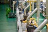 Pekerja melakukan proses produksi makanan di pabrik milik PT Garudafood di Rancaekek, Kabupaten Sumedang, Jawa Barat, Jumat (23/8/2019). Menteri PPN/Bappenas Bambang Brodjonegoro menargetkan setiap tahunnya pertumbuhan industri manufaktur tumbuh sebesar 6,3 persen guna mewujudkan Indonesia sebagai negara dengan perekonomian terbesar kelima di dunia pada 2045.  ANTARA JABAR/Raisan Al Farisi/agr