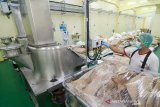 Pekerja melakukan proses produksi coklat di pabrik milik PT Barry Callebaut di Rancaekek, Kabupaten Sumedang, Jawa Barat, Jumat (23/8/2019). Menteri PPN/Bappenas Bambang Brodjonegoro menargetkan setiap tahunnya pertumbuhan industri manufaktur tumbuh sebesar 6,3 persen guna mewujudkan Indonesia sebagai negara dengan perekonomian terbesar kelima di dunia pada 2045.  ANTARA JABAR/Raisan Al Farisi/agr