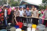 Polda Sumbar distribusikan air bersih ke Lubuk Kilangan atasi kekeringan