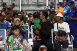 Sejumlah korban kapal terbakar KM Santika Nusantara beristirahat di Gapura Surya Nusantara, Pelabuhan Tanjung Perak, Surabaya, Jawa Timur, Jumat (23/8/2019) malam. Sekitar 70 orang penumpang KM Santika Nusantara dievakuasi oleh kru kapal KM Dharma Ferry VII yang sedang melintas saat KM Santika Nusantara terbakar di sekitar perairan Masalembo. Antara Jatim/Didik Suhartono/ZK