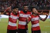 Pesepak bola Madura United (MU) Alfath Fathir (kiri) bersama rekannya Marcho Sandi (tengah) dan Syahrian Abimanyu (kanan) Melakukan selebrasi usai mencetak gol ke gawang PSIS Semarang dalam laga Shopee Liga 1 di Stadion Gelora Madura Ratu Pamelingan (SGMRP) Pamekasan, Jawa Timur, Sabtu (24/8/2019). MU memenangi pertandingan tersebut dengan skor 3-0. Antara Jatim/Saiful Bahri/zk.