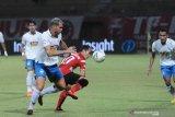 Pesepak bola Madura United (MU) Slamet Nurcahyo (ke dua kanan) berebut bola dengan pesepak bola PSIS Semarang Wallace Costa Alves (kedua kiri) dalam laga Shopee Liga 1 di Stadion Gelora Madura Ratu Pamelingan (SGMRP) Pamekasan, Jawa Timur, Sabtu (24/8/2019). MU memenangi pertandingan tersebut dengan skor 3-0. Antara Jatim/Saiful Bahri/zk.