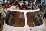 Petugas memberikan arahan kepada warga saat bermain N219 Cockpit Demonstrator pada acara HUT Ke-43 PT. Dirgantara Indonesia (PTDI) di Gedung PKSN PTDI, Bandung, Jawa Barat, Sabtu (24/8/2019). Dalam perayaan Hari Ulang Tahun ke-43 PT Dirgantara Indonesia (PTDI) menyatakan akan segera menyelesaikan proses sertifikasi pesawat N219 yang sedianya memiliki misi untuk menyambungkan pemerataan ekonomi Indonesia, khususnya daerah Papua. ANTARA JABAR/Novrian Arbi/agr