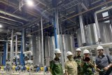 Mantan Panglima TNI Marsekal (Purn) Agus Suhartono (Kanan) didampingi Dirut Pabrik Gula (PG) Rejoso Manis Indo (RMI) Syukur Iwantoro (kiri) meninjau kondisi pabrik saat kunjungannya di Blitar, Jawa Timur, Sabtu (24/8/2019). PG Rejoso Manis Indo (RMI) yang mulai melakukan penggilingan tebu perdananya pada 22 Agustus tersebut menargetkan produksi awal sebesar 2ribu Ton Cane Day (TCD) dan akan terus meningkat menjadi 20ribu TCD sesuai dengan target Kementrian Pertanian guna mewujudkan swasembada gula nasional pada 2020. Antara Jatim/Irfan Anshori/zk.