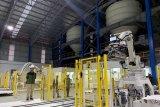 Pekerja beraktifitas di dekat robot pemroses gula tebu di Pabrik Gula (PG) Rejoso Manis Indo di Blitar, Jawa Timur, Sabtu (24/8/2019). PG Rejoso Manis Indo (RMI) yang mulai melakukan penggilingan tebu perdananya pada 22 Agustus tersebut menargetkan produksi awal sebesar 2ribu Ton Cane Day (TCD) dan akan terus meningkat menjadi 20ribu TCD sesuai dengan target Kementrian Pertanian guna mewujudkan swasembada gula nasional pada 2020. Antara Jatim/Irfan Anshori/zk.