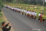 Warga membawa padi sebagai simbol kebersamaan saat perayaan adat Serentaun di Cigugur, Kuningan, Jawa Barat, Sabtu (24/8/2019). Tradisi adat Serentaun ini merupakan perwujudan atas rasa syukur masyarakat Cigugur yang mayoritas petani terhadap karunia sang pencipta dan dirayakan pada 22 Raya Agung tahun Saka Sunda. ANTARA JABAR/Dedhez Anggara/agr