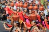 Penari mementaskan tari Buyung saat perayaan adat Serentaun di Cigugur, Kuningan, Jawa Barat, Sabtu (24/8/2019). Tradisi adat Serentaun ini merupakan perwujudan atas rasa syukur masyarakat Cigugur yang mayoritas petani terhadap karunia sang pencipta dan dirayakan pada 22 Raya Agung tahun Saka Sunda. ANTARA JABAR/Dedhez Anggara/agr