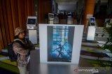 Pengunjung mengamati karya foto pada pameran yang foto yang bertajuk