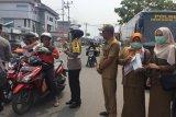Antisipasi asap Karhutla, Kesbangpol Inhil bagikan 4.000 masker untuk warga