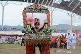 Kontingen tuanrumah provinsi Aceh memasuki lapangan saat pembukaan Olahraga Olimpiade Siswa Nasional (O2SN) di stadion Harapan Bangsa, Banda Aceh, Aceh, Senin (26/8/2019). Olimpiade Olahraga Siswa Nasional (O2SN) yang diikuti sebanyak 2.316 peserta dari 34 perovisi di Indonesia itu memperlombakan lima cabang olahraga, yakni atletik, renang, pencak silat, bulu tangkis, dan karate berlangsung tanggal 25 hingga 31 Agustus 2019. Antara Aceh/Ampelsa.