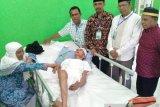 Pasangan lansia romantis jadi perhatian di Kloter 13 Debarkasi Makassar