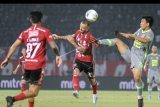 Pesepak bola Bali United Paulo Sergio (tengah) berebut bola dengan pesepak bola Borneo FC Wahyudi Setiawan Hamisi (kanan) saat pertandingan Liga 1 2019 di Stadion I Wayan Dipta, Gianyar, Bali, Rabu (28/8/2019). Balu United  menang atas Borneo FC dengan skor 2-1. ANTARA FOTO/Fikri Yusuf/nym.