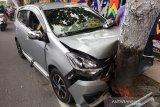 VIDEO - Akibat supir ngantuk, mobil Daihatsu Ayla tabrak pohon di depan Hotel Pangeran Pekanbaru