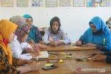Implementasi bakti riset LPM UNM berikan pelatihan guru desa kreatif