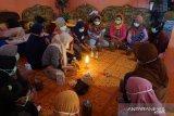 Bakti Riset UNM latih warga manfaatkan limbah kulit kacang