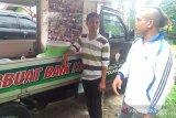 Artis Minang Mak Lepoh dan Warung Ikhlas bagikan nasi bungkus seharga Rp2.000