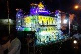Miniatur masjid dari plastik warnai arak-arakan peringatan 1 Muharram