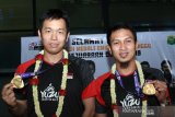 Guyuran bonus diberikan kepada Hendra/Ahsan seusai Kejuaraan Dunia