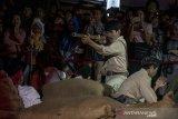 Seniman memerankan teatrikal sejarah perjuangan pengibaran Bendera Merah Putih di Gedung NV Denis pada acara Festival Djoeang 2019 bank bjb di Braga, Bandung, Jawa Barat, Sabtu (31/8/2019) malam. Teatrikal tersebut berkisah tentang perjuangan para pemuda Bandung dalam mempertahankan kedaulatan negara Indonesia dari gangguan pihak Sekutu dan Belanda pasca berakhirnya Perang Dunia l yang berlokasi di Gedung NV Denis. ANTARA FOTO/Novrian Arbi/agr
